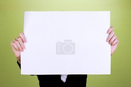 Photo pour Femme tenant signe vierge devant son visage, sur fond de couleur - image libre de droit