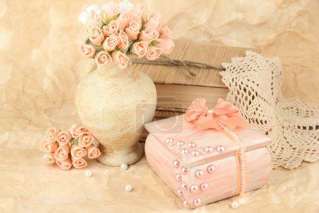Красивый натюрморт с винтажным гробом и цветами