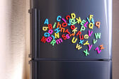 Barevné magnetické písmena na lednici