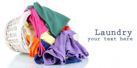 Photo pour Vêtements dans panier en bois isolé sur blanc - image libre de droit