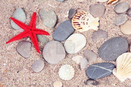Photo pour Pierres de mer sur fond de sable - image libre de droit
