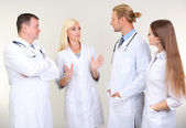 Zdravotníci na šedém pozadí