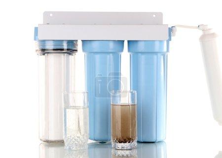 Photo pour Système de filtration pour le traitement de l'eau avec des verres d'eau propre et sale, isolé sur blanc - image libre de droit