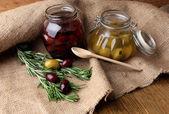 Chutné olivy na dřevěný stůl