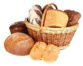 Složení s chlebem a rohlíky v proutěném koši izolované na bílém