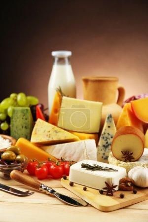 Photo pour Produits laitiers savoureux sur la table en bois, sur fond foncé - image libre de droit