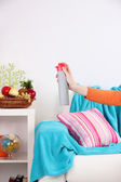 Deodorante spruzzato a mano su sfondo interni casa