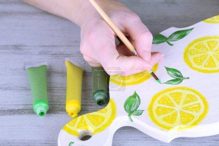 Photo pour Peintures à la main sur planche à découper artisanale et matériaux d'art - image libre de droit