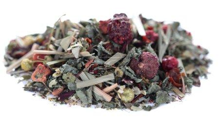 Photo pour Tas de thé vert sec isolé sur blanc - image libre de droit