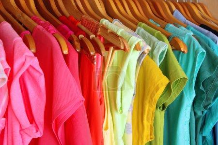 Photo pour Vêtements colorés sur cintres dans la garde-robe - image libre de droit