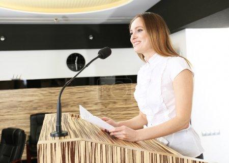 Photo pour Femme d'affaires est fait des discours à la salle de conférence - image libre de droit