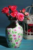 Krásné malé růžové růže, na modrém pozadí