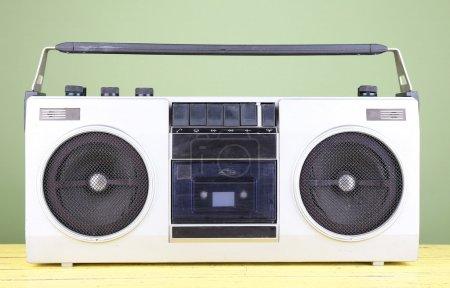Photo pour Magnétophone stéréo rétro sur table sur fond vert - image libre de droit