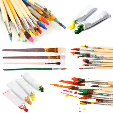 Photo pour Collage de pinceaux avec peinture acrylique dans des tubes isolés sur du blanc - image libre de droit