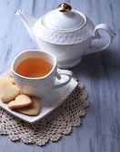 Levandulový cookies a chutné čaje na barevné dřevěné pozadí