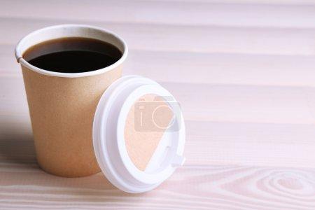Photo pour Tasse de café sur la table en bois en papier - image libre de droit