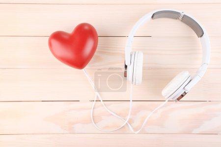 Photo pour Casque et coeur sur fond en bois - image libre de droit