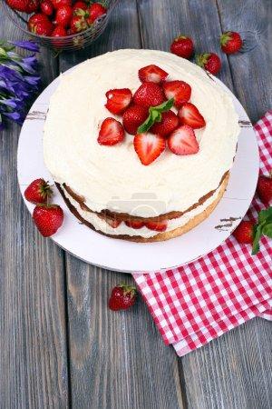 Photo pour Délicieux gâteau biscuit aux fraises le gros plan de table - image libre de droit