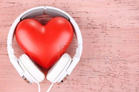 Photo pour Casque et coeur sur fond en bois de couleur - image libre de droit