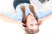 Ženy s notebookem pracovat doma