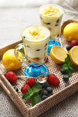 Chutné citrónovou dezerty na stole, zblízka