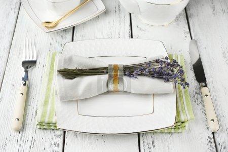 Photo pour Réglage de la table à manger avec des fleurs de lavande sur fond de table en bois - image libre de droit