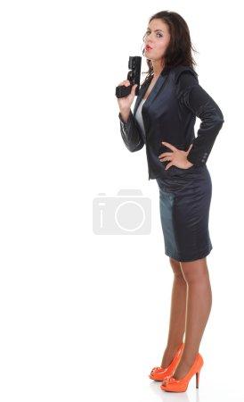 Photo pour Jeune femme brune avec pistolet isolé sur blanc longueur pleine - image libre de droit