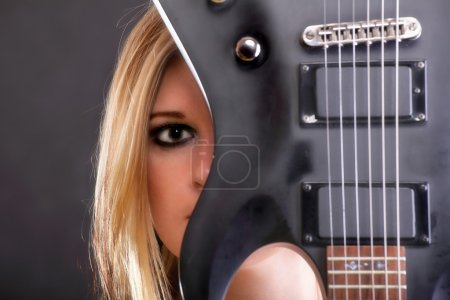 Photo pour Femme fille et la guitare de visage sexy blonde - image libre de droit