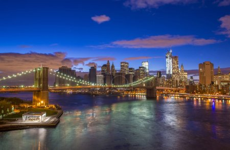 Photo pour Pont de Brooklyn et horizon de new york city pendant la nuit, prise du pont de manhattan - image libre de droit