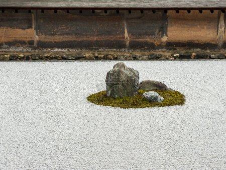 Photo pour Zen jardin de rocaille dans ryoanji temple.in un jardin il y a quinze pierres sur gravier blanc. Kyoto.Japan. - image libre de droit