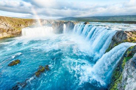 Foto de Godafoss es una cascada muy hermosa islandés. se encuentra ubicado en el norte de la isla no muy lejos del lago myvatn y la carretera de circunvalación. - Imagen libre de derechos