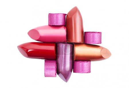 Photo pour Plusieurs rouges à lèvres différents isolés sur fond blanc - image libre de droit