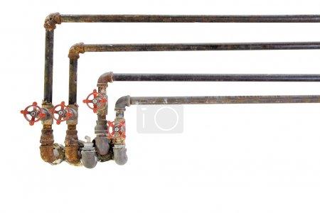 Photo pour Tuyaux de plomberie d'eau de refroidissement de chauffage vieux avec des vannes sur fond blanc - image libre de droit