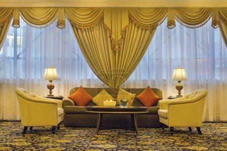 Photo pour Salon avec rideaux décorés Chaises Canapé Lampes de table latérales Lancer des oreillers - image libre de droit