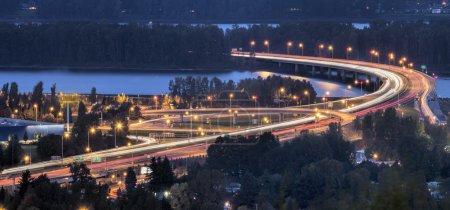 Photo pour Interstate 205 Autoroute Glenn Jackson Memorial Bridge reliant Vancouver Washington et Portland Oegon Au-dessus du fleuve Columbia à l'heure bleue du soir - image libre de droit