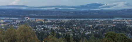 Photo pour Vue panoramique de l'Oregon et des États de Washington Divisée par le fleuve Columbia à l'heure bleue du soir - image libre de droit