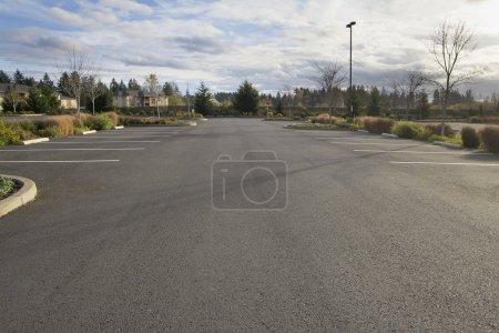 Photo pour Stationnement vide à l'emplacement d'affaires - image libre de droit