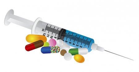 Illustration pour Seringue avec médicaments pilules de vitamines isolées sur fond blanc Illustration - image libre de droit