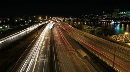 Hauptverkehrszeit interstate Autobahn Verkehr Langzeitbelichtung Licht Routen in der Innenstadt von Portland Oregon mit City Skyline Zeit verfallen 1080p