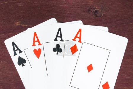 Photo pour Cartes as poker sur vieille table en bois, concept de jeu de poker texas - image libre de droit