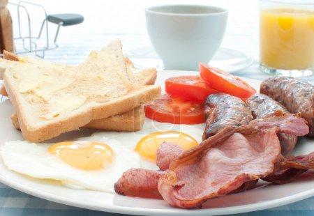 Photo pour Petit déjeuner anglais traditionnel alevins vers le haut avec saucisses, œufs et bacon - image libre de droit