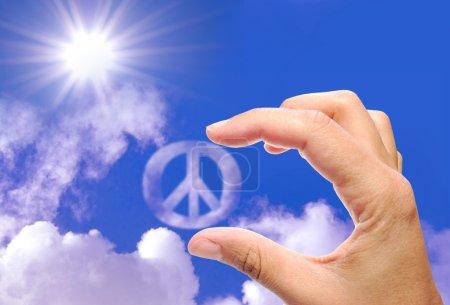 Photo pour Main embrassant un symbole de paix nuage - image libre de droit