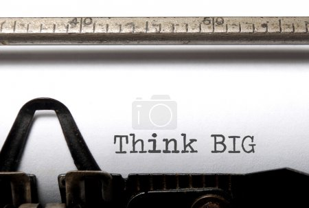 Photo pour Les mots dactylographiés 'think big' imprimés avec une vieille machine à écrire - image libre de droit