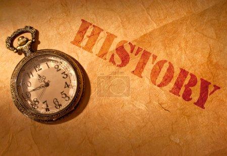 Photo pour Histoire gravée sur un vieux rouleau de papier avec une horloge vintage - image libre de droit