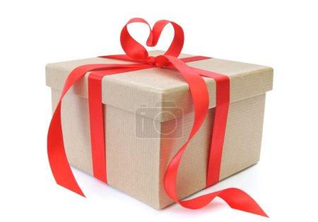 Photo pour Ruban en forme de coeur noeud noué autour d'une boîte cadeau - image libre de droit