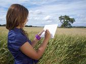 Schönes Mädchen aus dem Rücken, die Zeichnung auf dem Feld