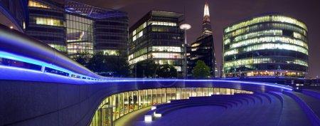 Photo pour Une vue panoramique nocturne sur le Scoop, un amphithéâtre extérieur à Londres. L'éclat peut également être vu . - image libre de droit