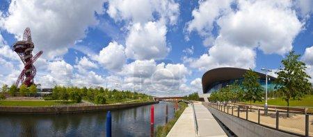 Photo pour Une vue panoramique sur le parc olympique de la Reine-Élisabeth en admirant notamment l'orbite d'ArcelorMittal, le stade olympique, la rivière Waterworks et le centre aquatique . - image libre de droit
