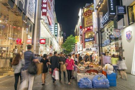 Photo pour Myeongdong rue commerçante à Séoul Corée du Sud la nuit - image libre de droit