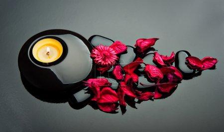Photo pour Fond de spa. pétales rouges et pierres noires avec bougie - image libre de droit